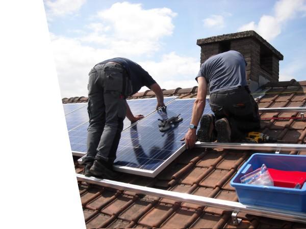 montaż paneli fotowoltaicznych na dachu. Profesjonalne instalacje fotowoltaiczne